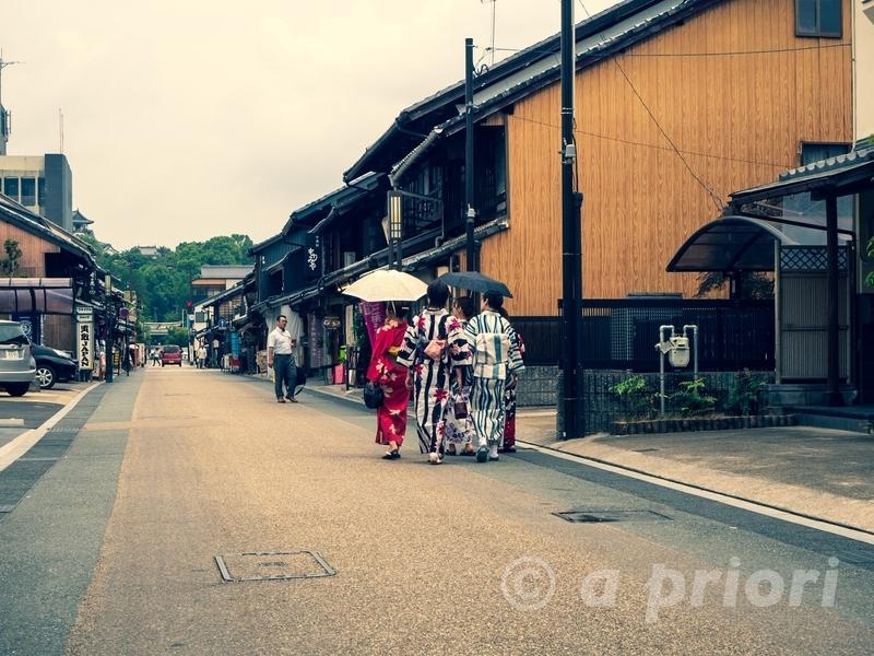 愛知県犬山市の犬山城下町を着物で散策する女性