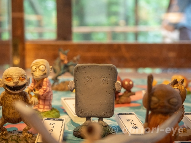 東京都調布市にある鬼太郎茶屋の妖怪ギャラリーの中にいる妖怪ぬりかべの像