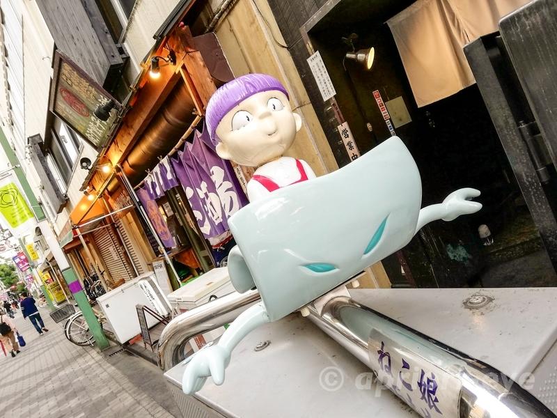東京都調布市にある鬼太郎のいる天神通り商店街の猫娘と一反木綿の像