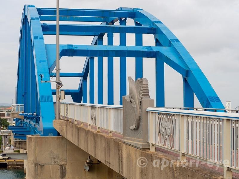 石垣島の青い色の大きな橋「サザンゲートブリッジ」