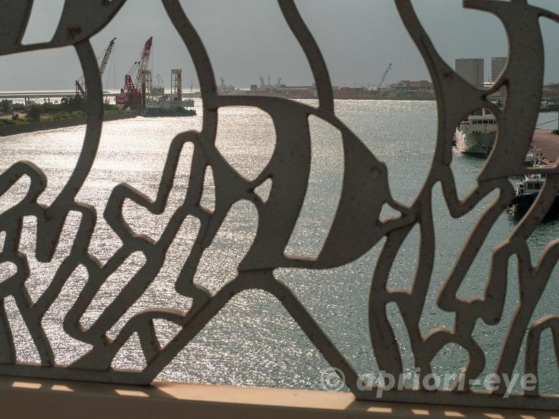 サザンゲートブリッジの魚のデザインがされた鉄柵