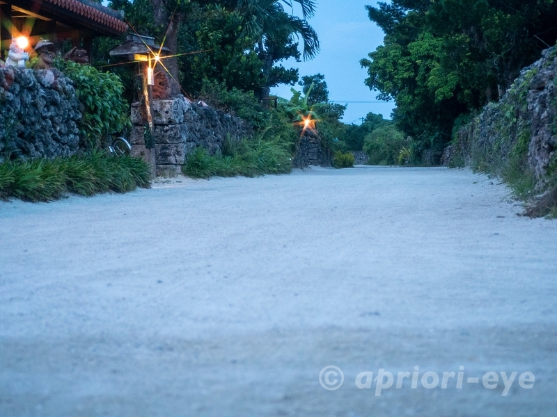 夕暮れ時の竹富島の集落