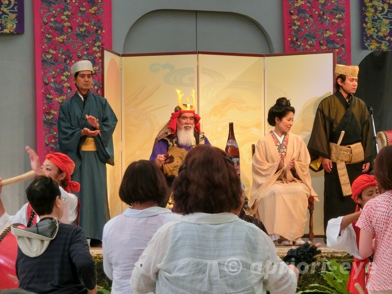 沖縄県にある琉球村で披露される沖縄の踊り