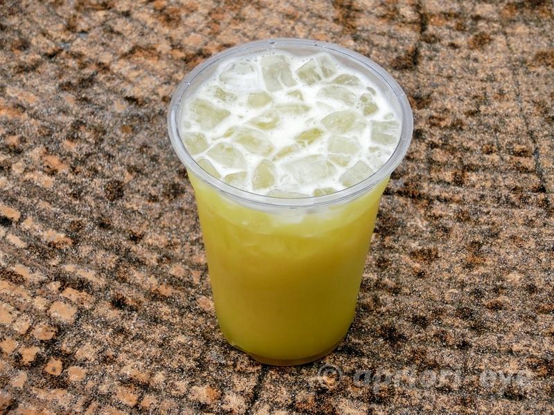 沖縄県にある琉球村で売っているサトウキビジュース