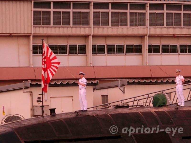 夕呉クルーズから見ることができる海上自衛隊旗降納