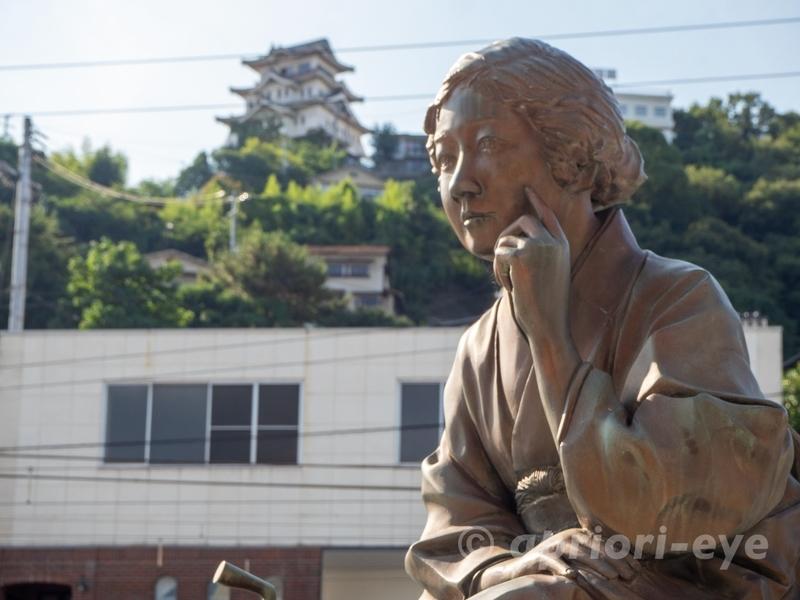 尾道本通り商店街の入り口にある林芙美子像