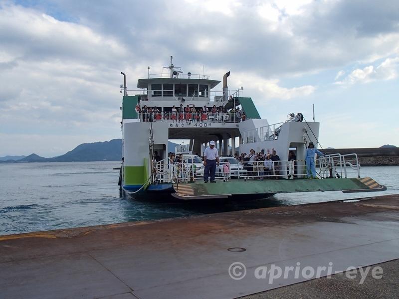 忠海港に到着した忠海港と大久野島を結ぶ大型のフェリー
