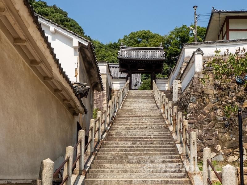 竹原市の町並み保存地区にある西方寺の石段