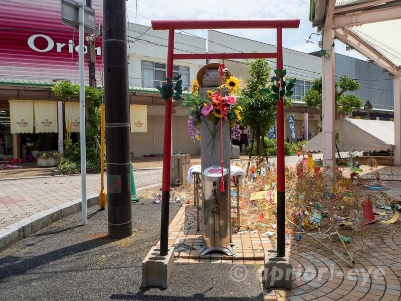 竹原市のあいふる通りにあるももねこ様神社とももねこ様石像