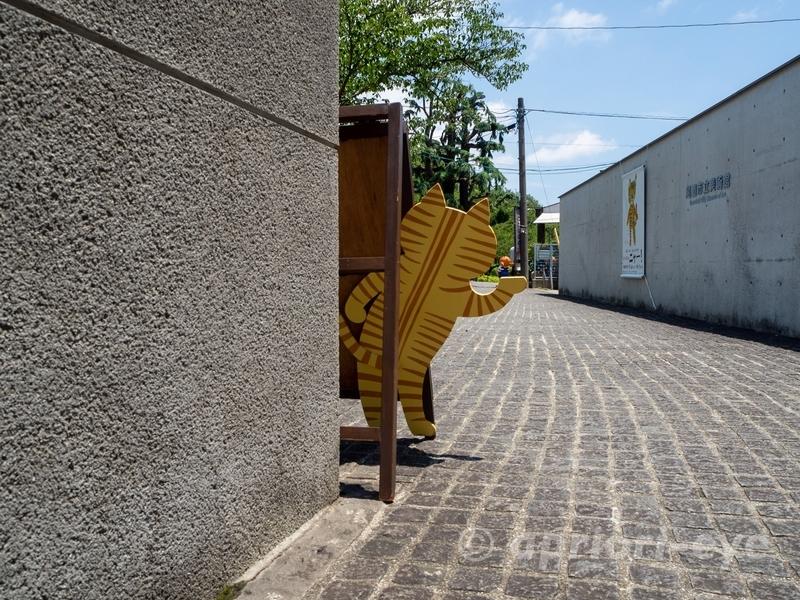 尾道市立美術館の前にある猫の立て看板の後ろ側のデザイン