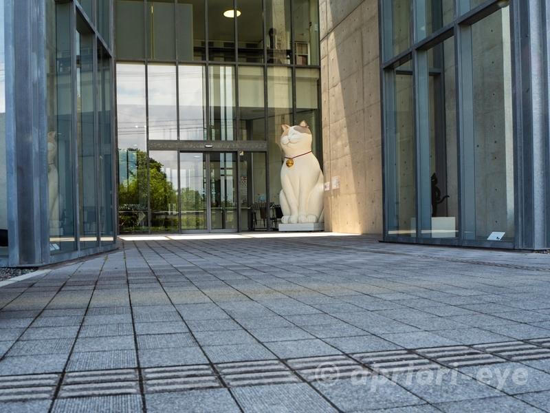 尾道市立美術館の入り口に置かれている大きな猫の人形