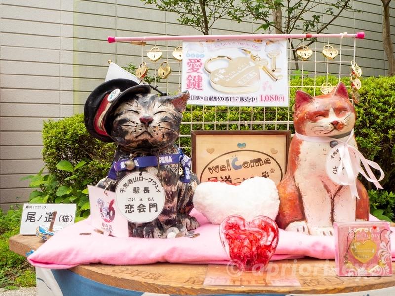 千光寺ロープウェの駅長である猫の恋会門の像