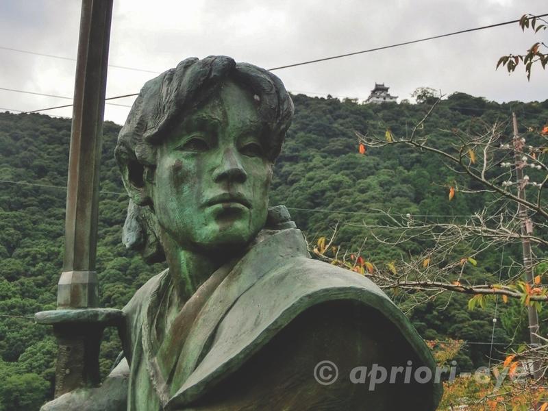 岩国市にある錦帯橋の近くの佐々木小次郎の像