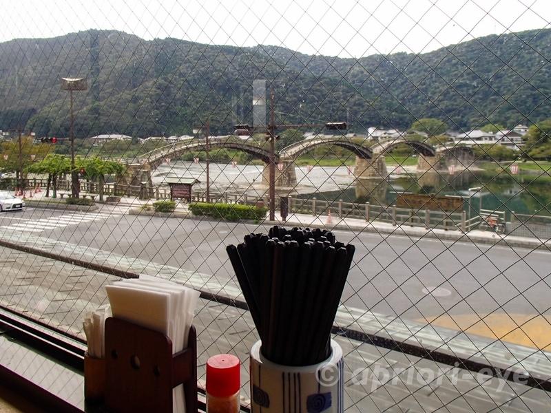 岩国市にある橋の駅内の展望市場から錦帯橋を眺める