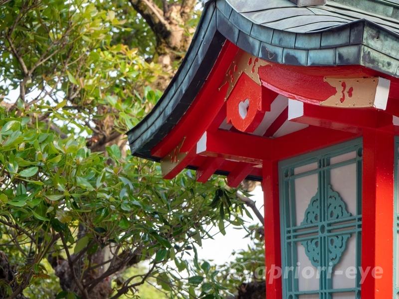 ハートがデザインされた足利織姫神社の朱色の灯篭