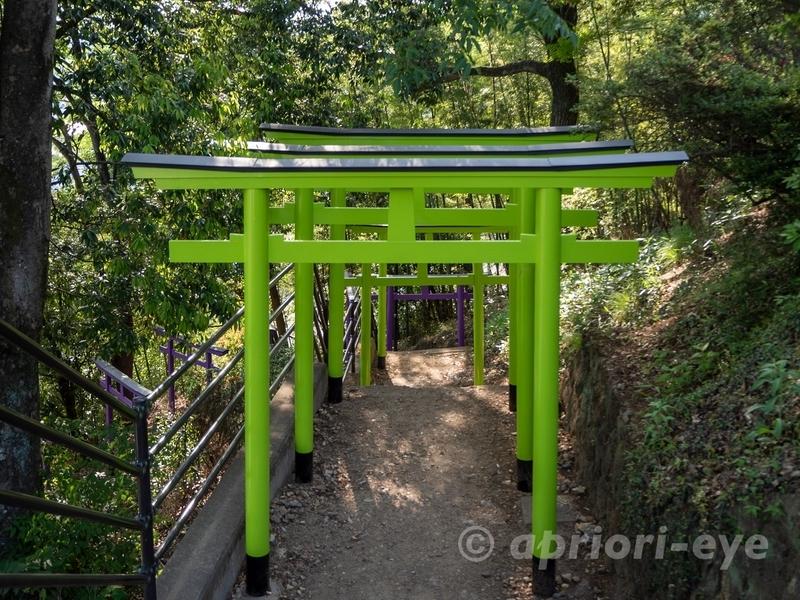 足利織姫神社の七色の鳥居の1つである若草色の鳥居