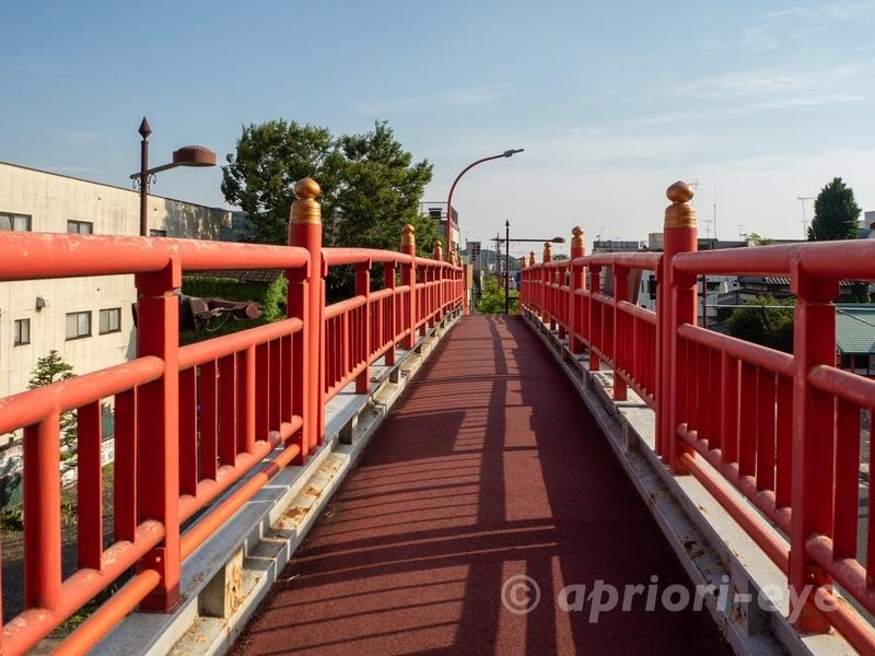足利市にある足利織姫神社の周辺にある朱色の歩道橋
