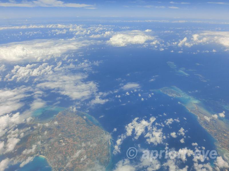 那覇空港と石垣空港の間にある沖縄の島を飛行機から撮影した写真