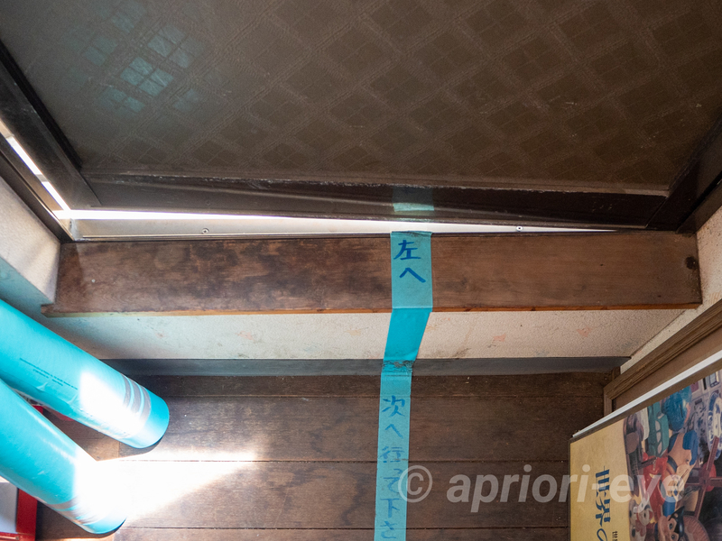 倉敷貯金箱博物館から倉敷犬の資料館へ行く順路。床にテープが貼られている