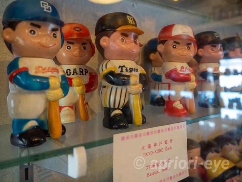 倉敷貯金箱博物館に展示されているユニフォームを着たプロ野球選手の貯金箱
