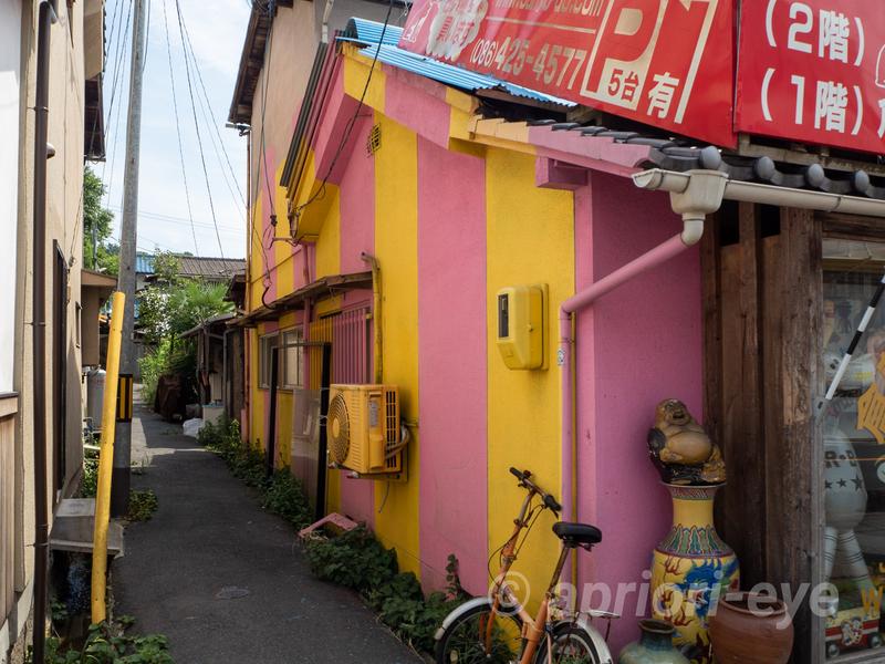 倉敷貯金箱博物館の黄色とピンク色に塗られた色鮮やかな建物