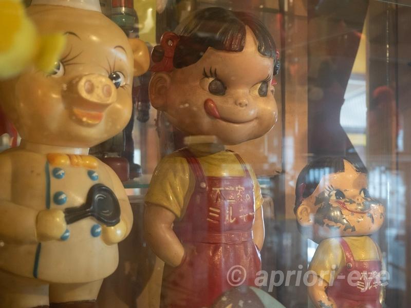 倉敷おもちゃ博物館に展示されている舌を出しているペコちゃん人形