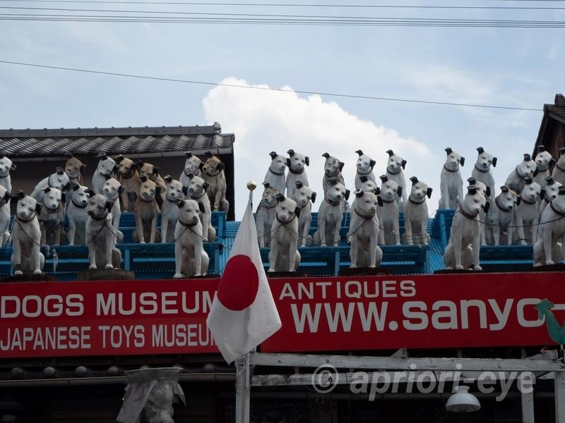 倉敷貯金箱博物館の屋根の上に並ぶ犬の人形。犬はビクター犬か?