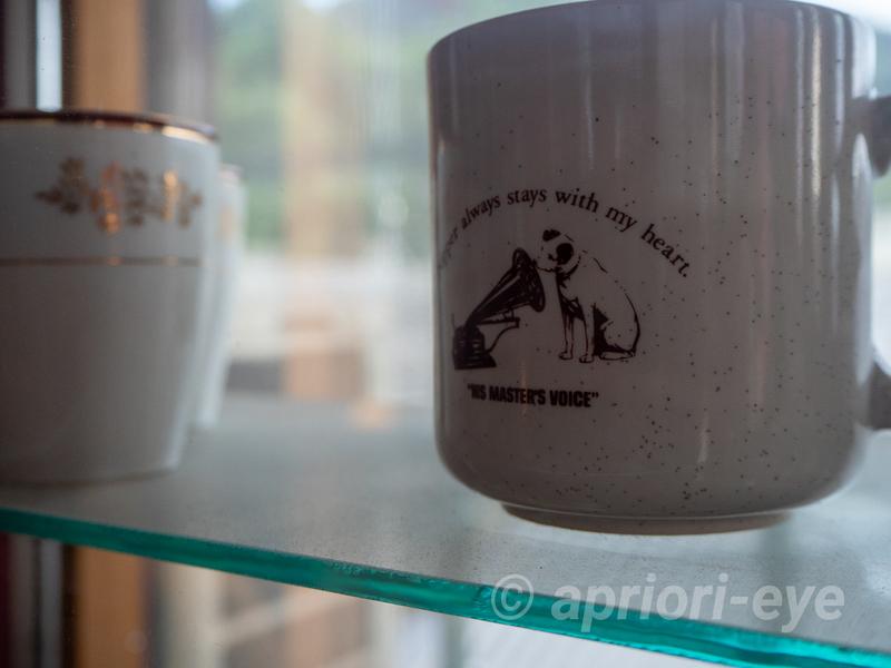 倉敷犬の資料館に展示されているステレオのスピーカーを聞くビクター犬が描かれたカップ