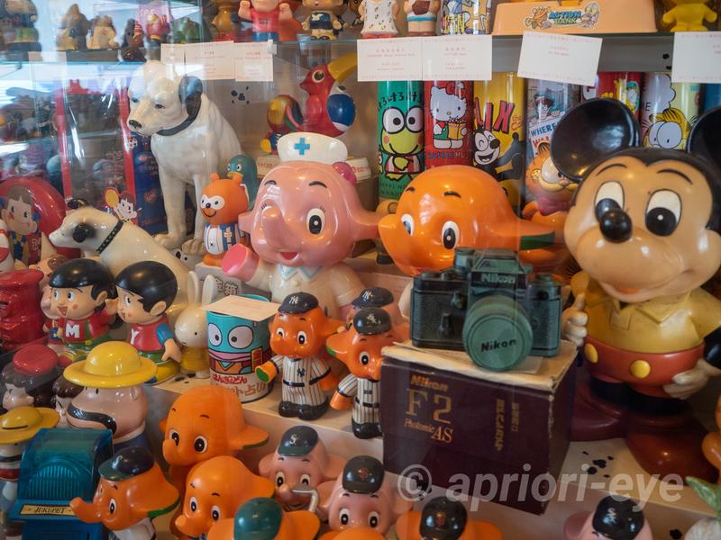 倉敷貯金箱博物館に展示されている数々の古い貯金箱