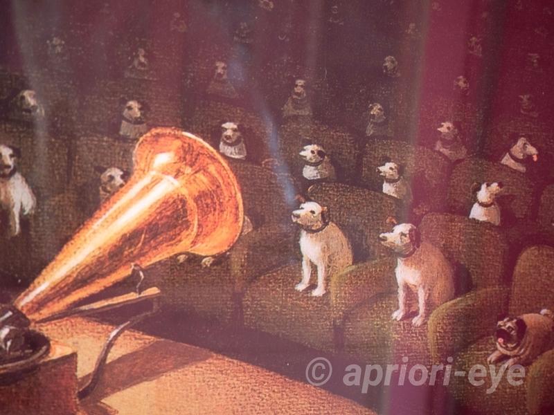 倉敷犬の資料館に展示されている多くのビクター犬がステレオのスピーカーを聞いているところが描かれた絵画