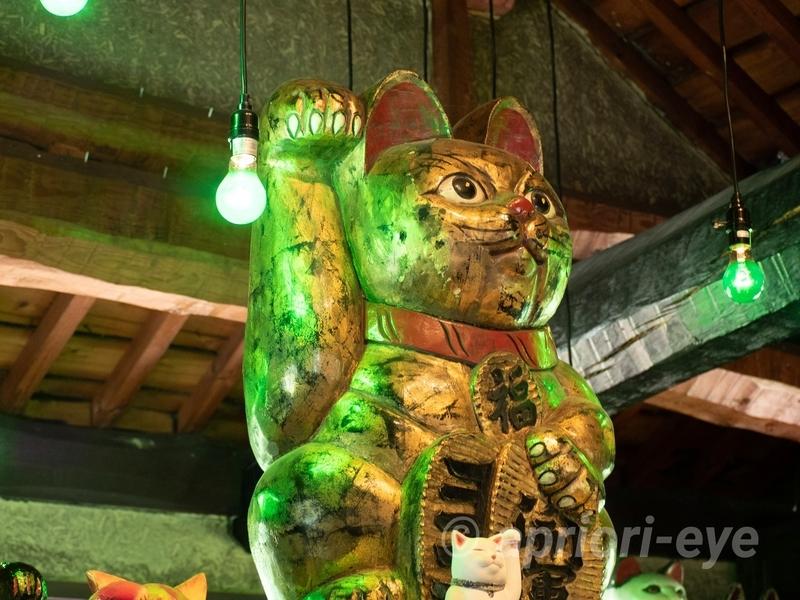 岡山市の招き猫美術館に展示されている金色の大きな招き猫
