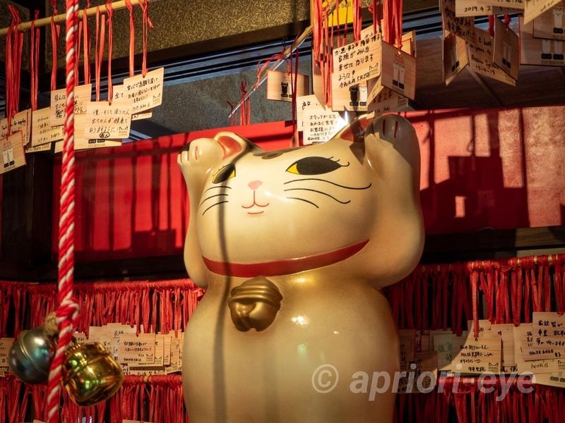 岡山市の招き猫美術館の願い事をかなえる招き猫。周りには祈り札が掛けられている