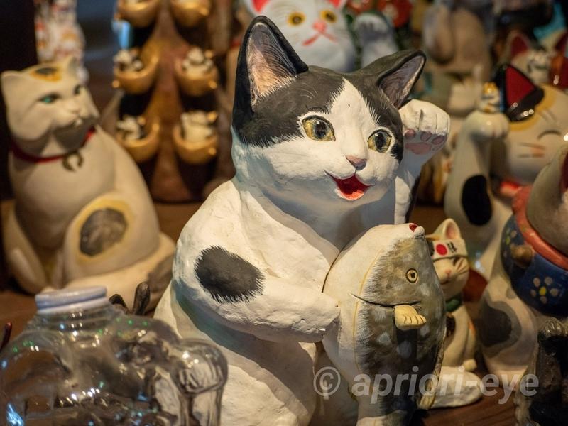 岡山市の招き猫美術館に展示されている約700体の招き猫