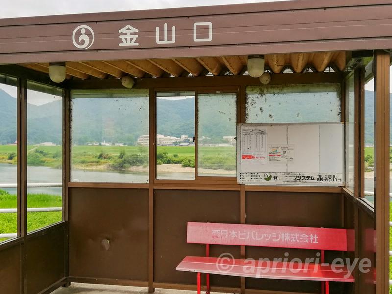 岡山市の招き猫美術館の最寄りのバス停である金山口。赤いベンチがある