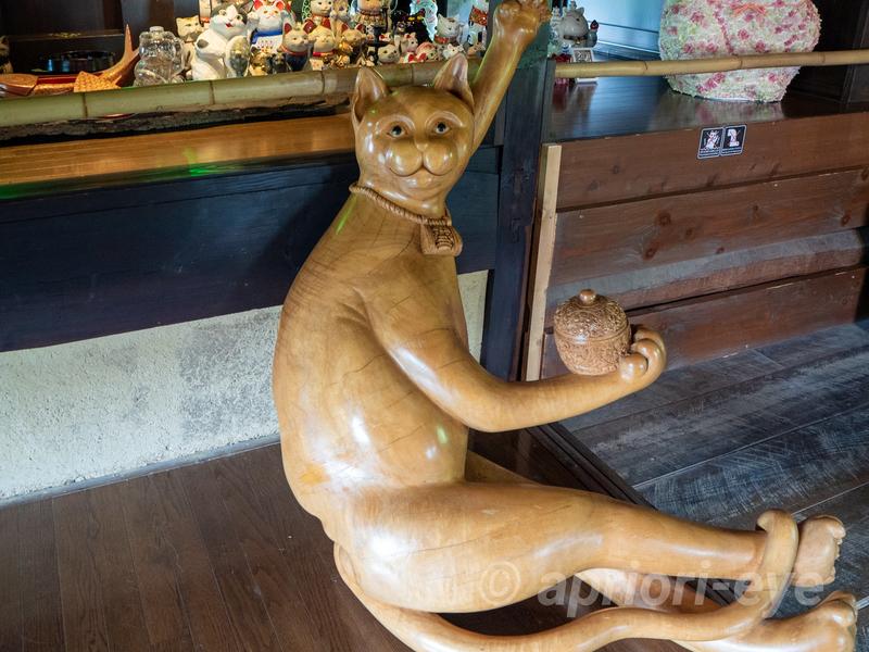 岡山市の招き猫美術館に展示されている幸せが訪れる招き猫