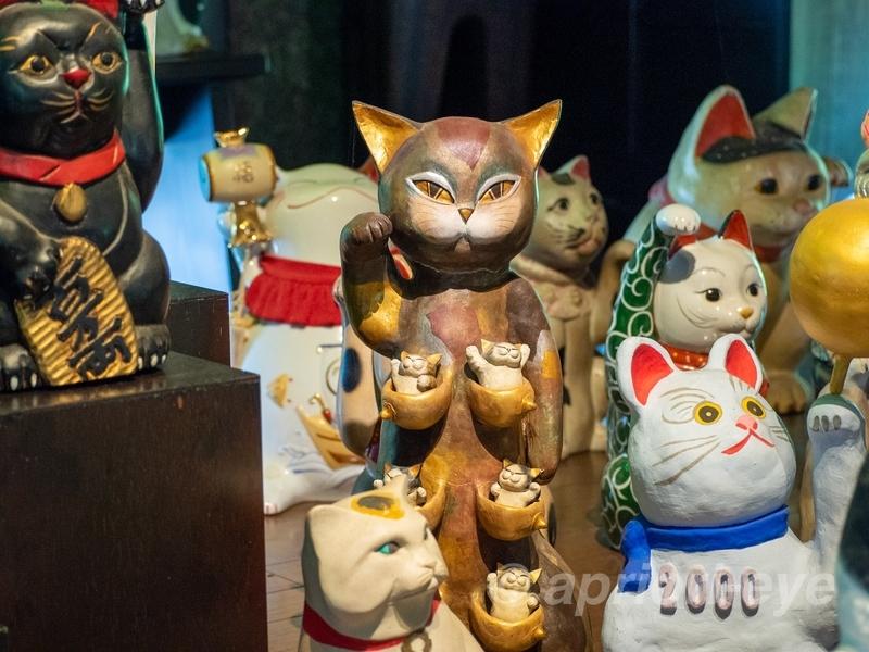 岡山市の招き猫美術館に展示されている雌猫の乳房を袋状にして、その袋に子猫が入っているというユニークな招き猫