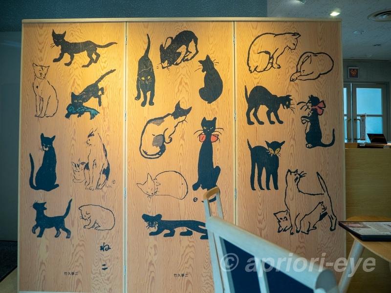 夢二郷土美術館の黒の助の部屋がある展示室の猫アート