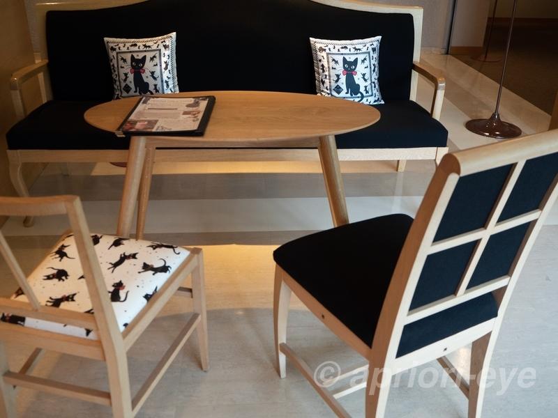 夢二郷土美術館にある黒の助がデザインされたクッションと椅子