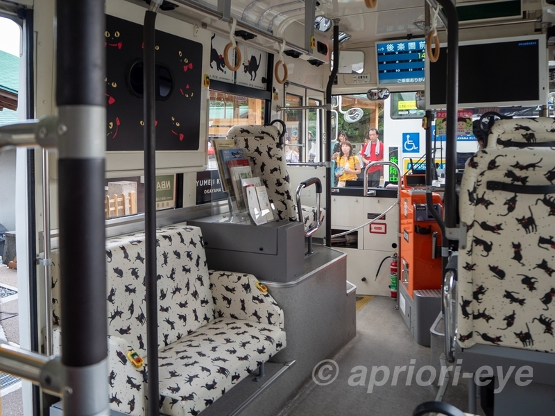 黒猫だらけの夢二黒の助バスの車内