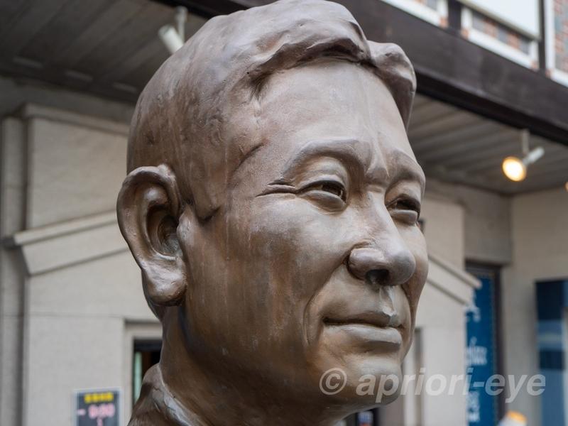 倉敷デニムストリートの奥にある星野仙一記念館の前に立つ星野仙一のブロンズ像