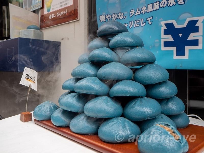 倉敷デニムストリートの店頭に置かれた青い色をしたデニムまん