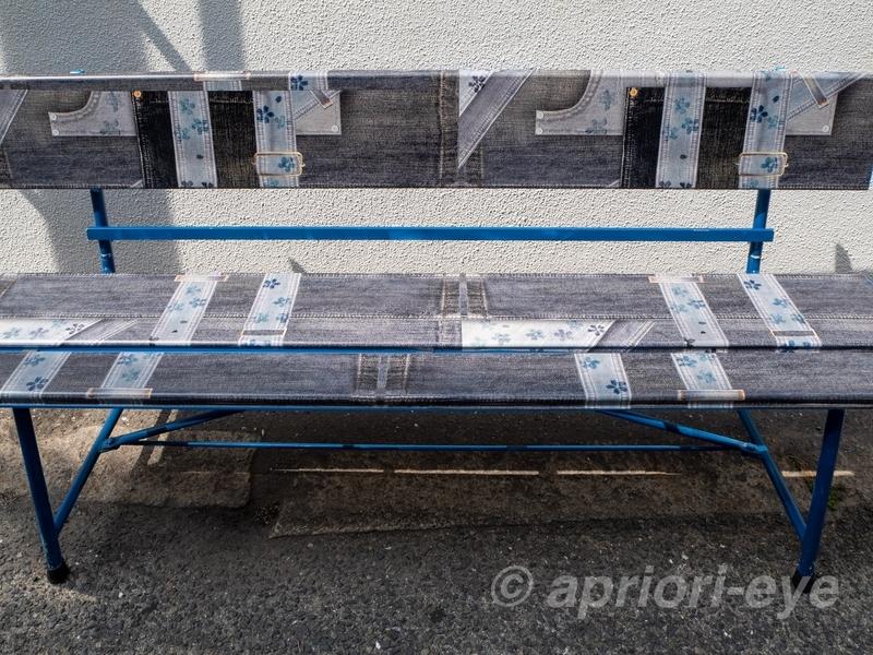 倉敷デニムストリートにあるデニム風のデザインのベンチ