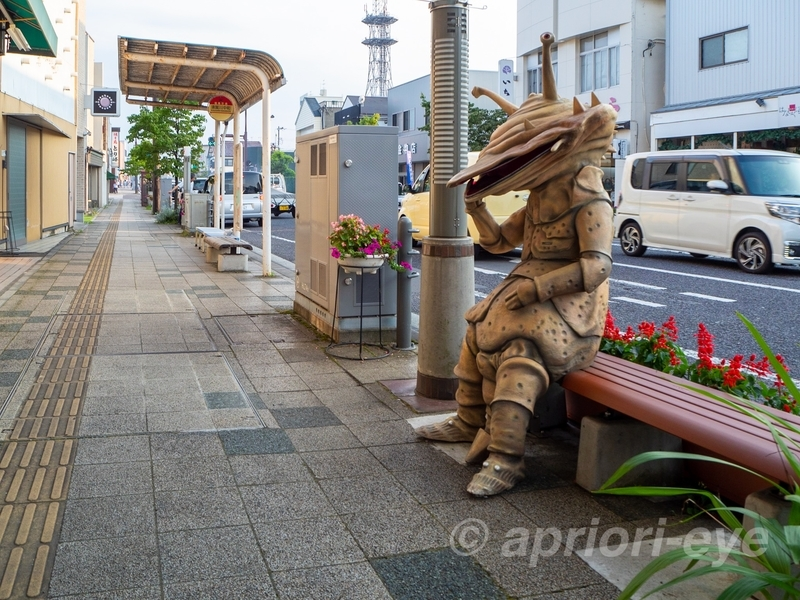 須賀川市の松明通りにあるコイン怪獣カネゴンのモニュメント