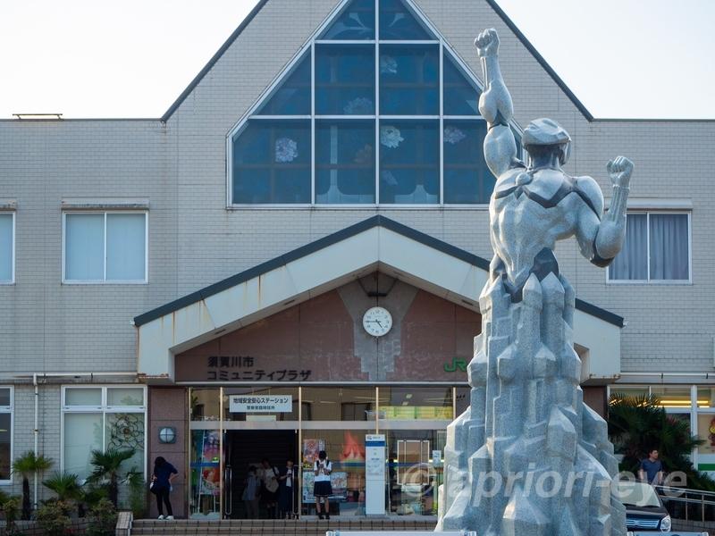 須賀川駅前にある姉妹都市提携記念モニュメントのウルトラマンの像