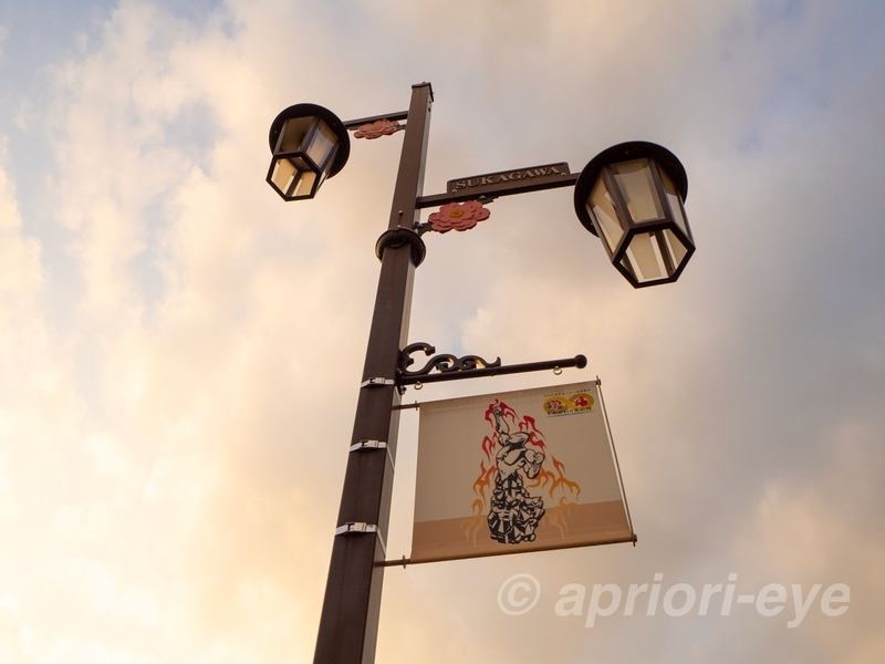 須賀川市の駅前通りの街灯に掛けられたウルトラマンのフラッグ