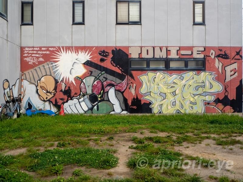建物の壁に描かれた仮面ライダーのストリートアート