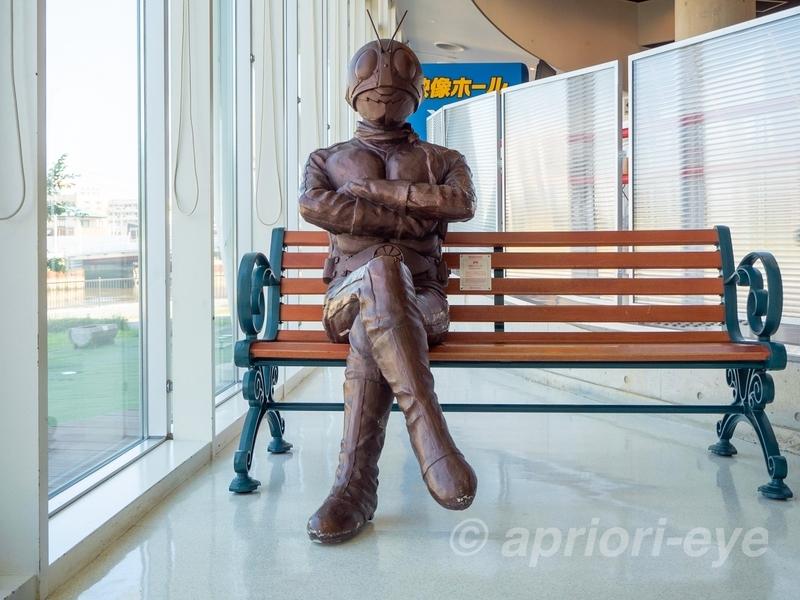 石ノ森萬画館にある記念撮影用の仮面ライダーのブロンズ像