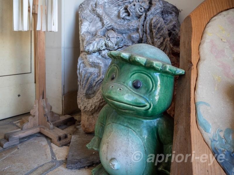 大内かっぱハウスの入り口にある緑色の河童の置物