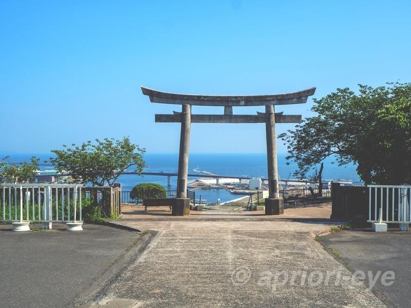 石巻市にある海を背景にした鹿島御児神社の鳥居