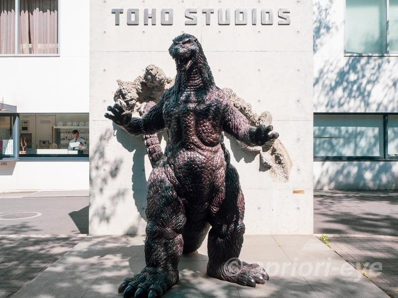東宝スタジオの正面入り口にあるゴジラの像